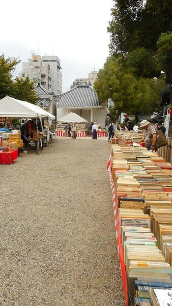 そんな大阪天満宮境内で開催される「天神さんの古本まつり」の白いテントの下には、約20万冊の本が集まります。  静かで落ち着いた中にも、親しみやすい雰囲気があるのが「天神さんの古本まつり」。ゆっくりと本を探して。