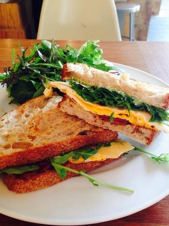 ハンバーガーの他にも、ボリューミーなのにヘルシーなサンドイッチもおすすめです。パンにこだわった食事はベーカリーならでは。パンをお土産にしてもいいかもしれません。