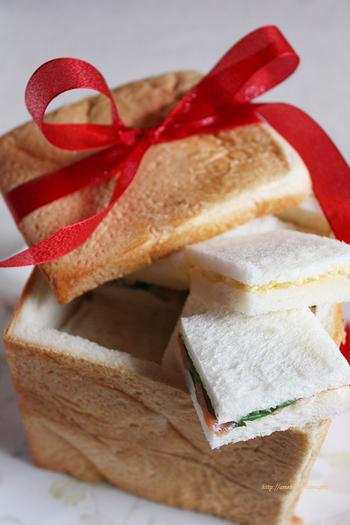 パン・シュープリーズは、フランス生まれのおもてなしパン。食パン一斤丸ごと使ったり、パン・ド・カンパーニュ(丸い田舎風フランスパン)を使うとより本格的です。器に見立てたパンの中からサンドイッチが出てくるサプライズ!