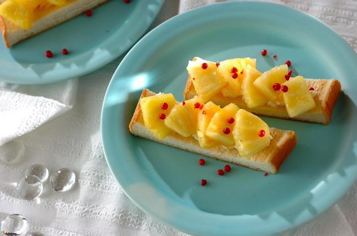 パイナップルとクリームチーズの爽やかなハーモニーが楽しめる食パンのオープンサンド。夏はぜひフレッシュなパイナップルを使いたいですね。ピンクペッパーをトッピングして、見た目にも味わいにもアクセントを添えて。