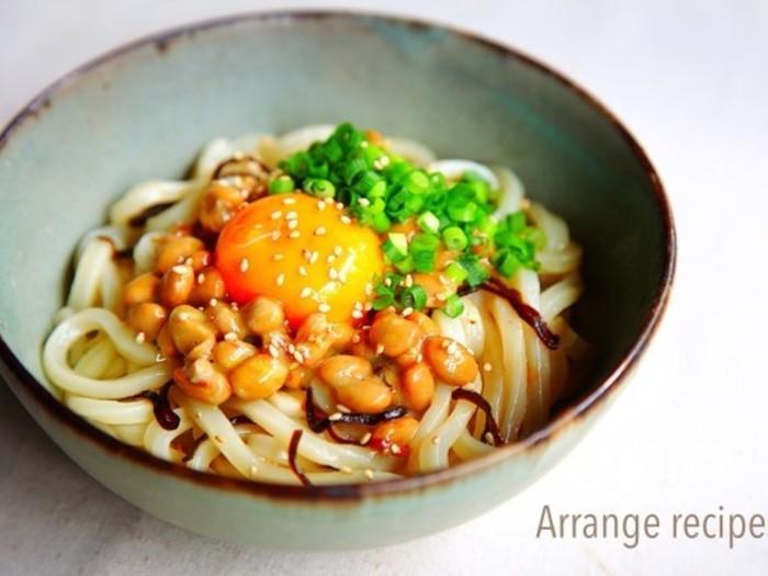 釜玉うどんに納豆、塩昆布、ネギ、とどれを取ってもおいしい具材ばかりです。シンプルなレシピですが、食欲がない時でも納豆と塩昆布で旨味が増してサラッと食べられます。