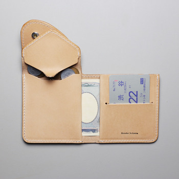 バッグの中で大きな重要度とともに、存在感も大きいのはお財布。お財布をコンパクトにできたら、小ぶりバッグはお手のものです。こちらは「Hender Scheme」のとびきりコンパクトなお財布!中を開くとデザインが凝っていて、お札の入れ方ひとつにしてもかなりオシャレなお財布です。カードも数枚入れられるので収納力にも事欠かないのも魅力です。