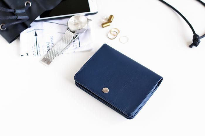 ミニサイフの大きさって時計と比べても変わらないので驚きですよね!そんな小さいお財布でもカードや小銭ポケットはついていますし、お札も綺麗に収まるから便利です♪デザインもシンプルな物が多いので、1つは持っているといいですよ。