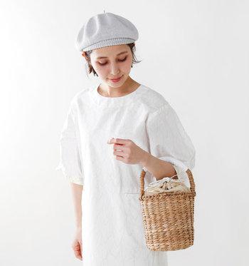 見た目がとびきりキュートなかごバッグも、もちろん小ぶりが可愛いです。こちらのバッグは持ち手にレザーが巻かれているので肌当たりが優しく、長時間のお出かけも快適。天然素材の美しい編み目とナチュラルな色味が素敵ですね。コーデのポイントにぜひかごバッグを取り入れて。