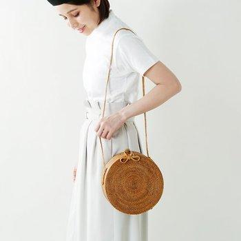 細かく繊細なデザインのかごバッグも、小ぶりならではの「持てるもの」です。例えばこちらのかごバッグは、愛らしい丸みのある立体的なフォルムがコーディネートのスパイスになってくれます。軽いのに、収納量もたっぷり!肩紐は細いデザインですが、とても柔らかいので肩への負担もなく実用性も高い逸品です。