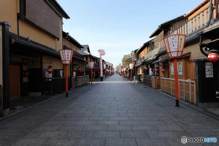 祇園の中でも特に有名な、「花見小路」は、左右に軒(のき)の低い二階建てが並んでいます。写真の通り、電柱がないことに気付きましたか?格子戸や犬矢来、窓にはよしずがかかった家と石畳の路面は、なんとも京都らしい景観ですね。
