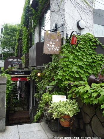 """JR原宿駅から千駄ヶ谷方向に歩いて5分弱。蔦の絡まる建物の地下1階に、1975年にオープンしました。 フランス語で""""角の看板""""の意を持つ店名に、広尾や自由が丘の系列店を思い出した方も多いのでは。"""