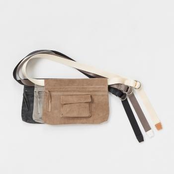 バッグの中身が軽いなら、ウエストポーチで持つのもアリです!こちらはベルトと一体型のウエストバッグなので、ベルトに通しても、肩から下げてもお使えます。中と外にポケットが付いているので、これひとつで必要最低限な荷物はしっかり収まります♪くすんだ色合いが素敵ですね。