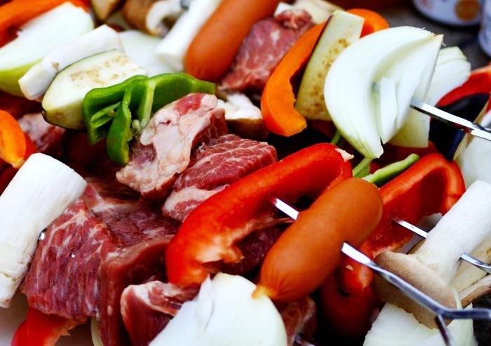 アウトドアと言えばBBQ!串をコロコロとひっくり返しながら、じっくり焼いていく作業も楽しいものです。お肉だけにならないように、パプリカやピーマンなど彩り豊かな野菜を間に挟みながら、バランスよく串を作るのがポイントです♪