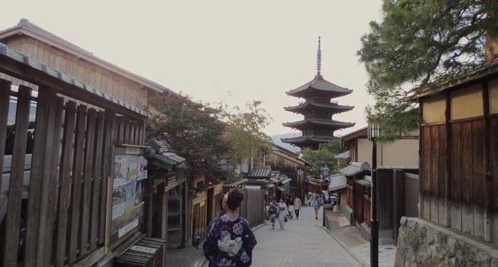 八坂の塔を見上げる路地も有名ですよね。世界ではじめて畳で楽しめるスターバックスもこちらにありますよ。