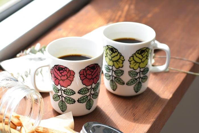 大人気のバラモチーフ「VIHKIRUUSU(ヴィキルース)」の日本限定マグカップ!ビビッドなピンクと淡いグリーンという雰囲気の異なる2色は、並べたときのコントラストがうっとりするほど素敵です。大切な方への贈り物としてもおすすめ。