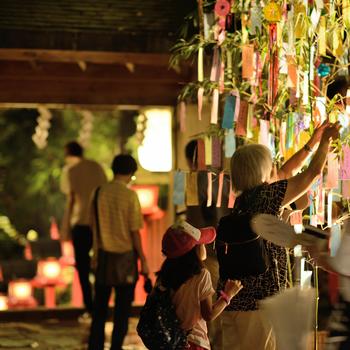 避暑地として人気の貴船エリアにある貴船神社では、毎年夏の7月1日から1ヵ月半にわたりライトアップが開催。朱塗りの灯籠が並ぶ参道はもちろん、笹飾りも美しく照らされて、幻想的な雰囲気を楽しむことができますよ。
