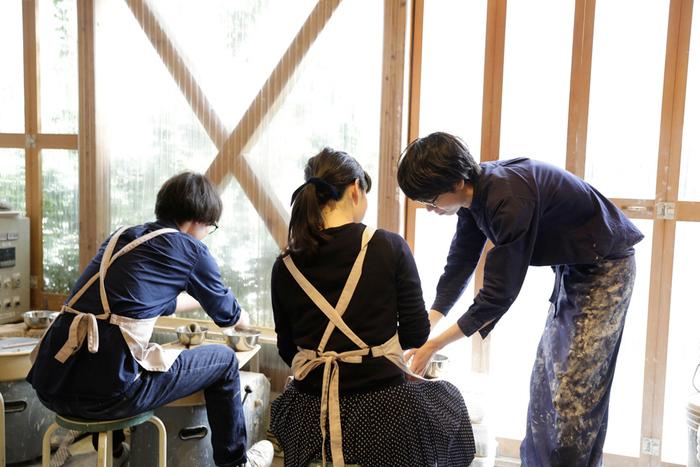 週末だけ開催されるこちらの陶芸教室では、カリキュラムはありません。少人数でそれぞれのレベルやペースで教えてもらえるので、初心者の方から器好きの方まで幅広くおすすめしたい教室です。