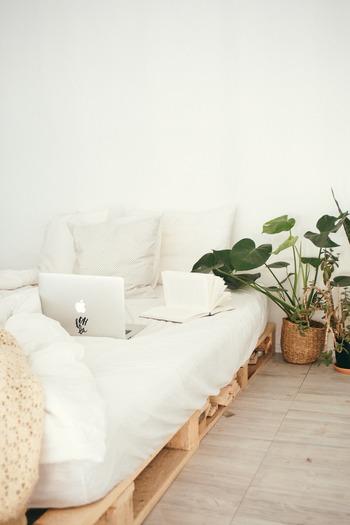 すのこの上にマットを敷いた簡単なベッド。海外では、すのこをこの様な使い方をする人も多いようです。目線が低くなるので、部屋がスッキリ広々として見え、またソファ変わりとしても使えるのでとっても便利◎ナチュラルな雰囲気で、簡単にローインテリアが叶います。