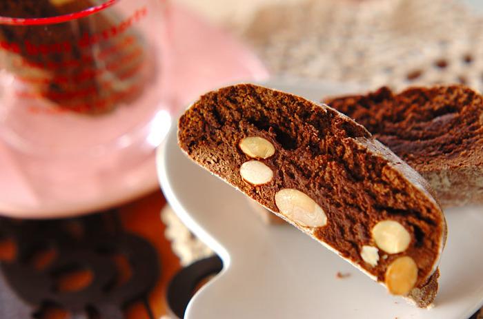 チョコレート風味のビスコッティも人気ですね。こちらは、スイートチョコレートを使った、甘い香りのビスコッティ。チョコレートはコーヒーにもよく合い、ほっと癒されますね。