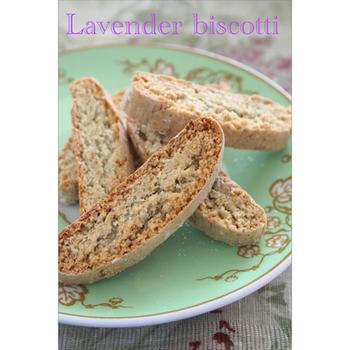ハーブを入れて焼くのも、ちょっとおしゃれなテイスト。こちらは、生地に乾燥ラベンダーを加えています。いい香りが漂ってきそうですね。