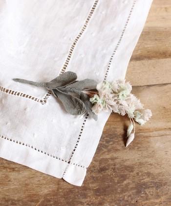 まるでスワッグのようなブローチはコットンで作られています。ドライハーブのように落ち着いた雰囲気なので、シンプルスタイルの定番お洋服にもあわせやすそうです。