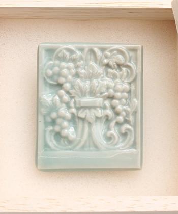 """こちらも陶磁器製のブローチで「渋草柳造窯""""四二九三""""×kvell」コラボアイテム。上品な葡萄の柄のデザインは、これからの季節にもぴったり。"""