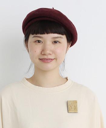 こんなふうに、ベレー帽をかぶってコーデをすると画家さんスタイルに♪ブローチが素敵なアクセントになっています。