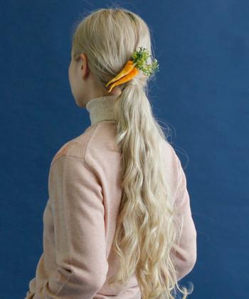 このブローチはヘアクリップも付いているため、髪飾りとしても楽しめます。ブローチ以外の使い方ができるのはうれしいですね。