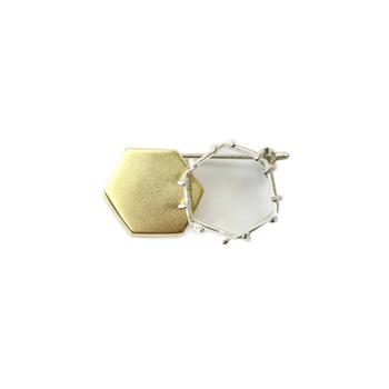 六角形のデザインがモダンなブローチは、片側にガラス素材が使われています。シンプルなデザインなので、贈り物にしても喜ばれそうですね。