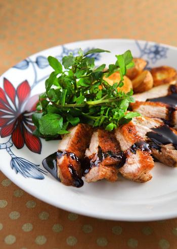 バルサミコ酢は煮詰めるとトロリと甘く癖になる美味しさ!パリッと焼いたチキンを始め、牛豚マグロのステーキなどにも合いますよ。簡単ですがおもてなしにもぴったりなレシピです。