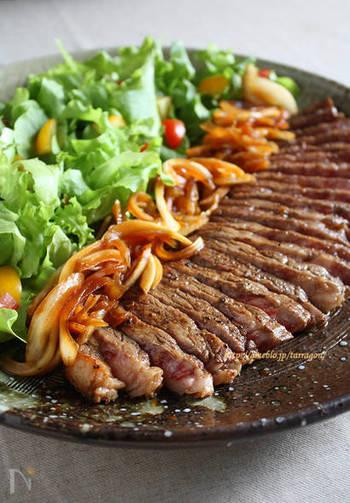 あらかじめ作っておいたソースに漬け込んで、お肉のダウンタイムも並行して行うレシピです。カツオ出汁、醤油、レモン汁とシンプルですが牛肉と相性抜群!鳥もも肉でも応用可能な万能レシピです。