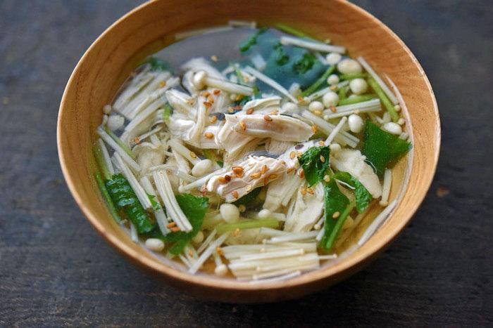 鶏ささみのゆで汁を使ったスープは、上品でコクのある味わい。えのきをいれるとさらに旨味が足されてランクアップします。他のきのこを入れても美味しいけれど、透き通ったスープに白いえのきは、とてもきれい。ビジュアルもやさしくて品がある一品です。