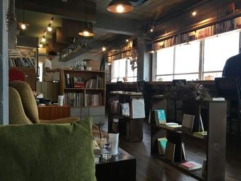 「fuzkue」は、「本を読む」ことに特化したブックカフェ。  席料が設定されており、気兼ねなく好きなだけ長居できます。 いごこちよく読書できるように、店内は私語禁止。