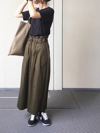 「感覚的に体が喜ぶ服を作る」がテーマのAURALEEのTシャツは、自然に身体にフィット。だからシンプルなコーディネートでも他の人と差をつけられます。きれいなシルエットのロングパンツを合わせて。
