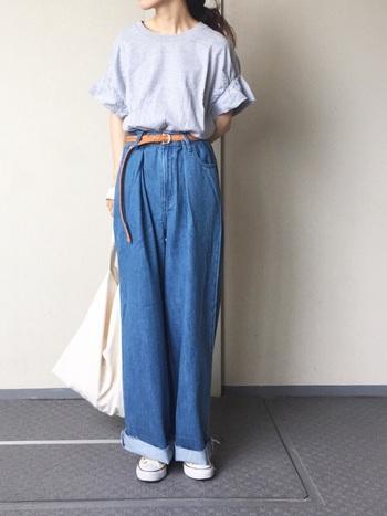 実は腰回りに美しいドレープのあるles Briqu'a braqueのTシャツ。インすればすっきりと着こなせるアイテムだから、コーディネートの幅もグンっと広がりますね。