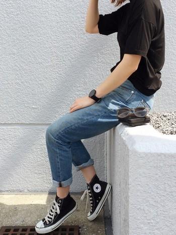 T BY ALEXANDER WANGのTシャツは、レーヨン素材でお肌に馴染む着心地満点のアイテム。こだわりの詰まった上質Tシャツをカジュアル風に合わせた、遊び心のあるコーデですね。