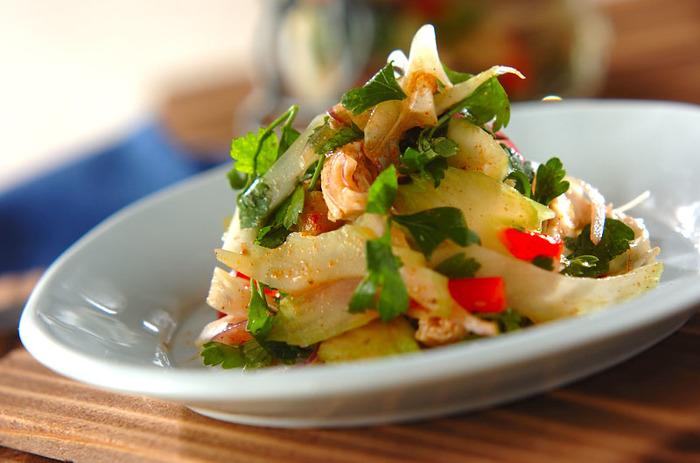 蒸し鶏やセロリ、パプリカなどの彩り豊かな野菜をマリネしたレシピです。レモン汁のさっぱり感とスパイスの香りで食欲がアップしそう。お肉と野菜が一度に摂れるのも嬉しいですね。