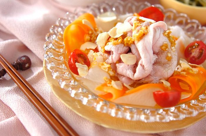 暑い季節に食べたい冷しゃぶも、こちらのレシピだとニンニクチップのアクセントが効いてスタミナが付きそうな一品に。大根やニンジンをスライスして添えることで、見た目も華やかになり、食べやすさも◎。