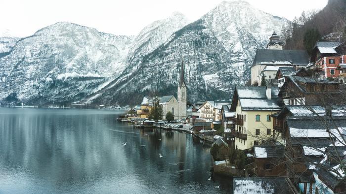 季節によって様々な表情を見せてくれるハルシュタットの町。緑溢れる夏の季節もおすすめですが、雪化粧をした冬の景色もまた魅力的です。ツンと冷たい空気の中で、雄大な自然に抱かれた静かな湖畔の町をより一層感じることができる季節です。