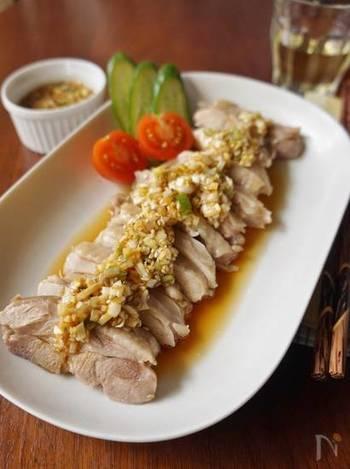 ショウガやネギがたっぷり入った香味だれは、ご飯がどんどんすすむおいしさです!鶏肉はレンジで調理するため、簡単に作れるのもいいですね。