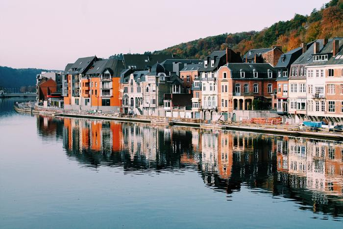 ベルギーは、大きく北と南のエリアに分けられ、北部をフランダース地方、南部をワロン地方と言います。ベルギーの主な観光地は北部のフランダース地方に集中していますが、近年、南部ワロン地方の美しい村々にも注目が集まっています。またその村々の内、24つの村がワロン地方の中で最も美しい村として登録されています。