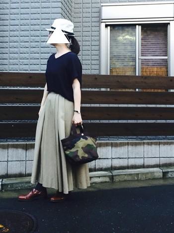 ネイビーカラーのTシャツは、カジュアルになりすぎないから大人の女性におすすめ。素材にこだわったmizuiroindのTシャツは、写真からも上質感が伝わってきますね。