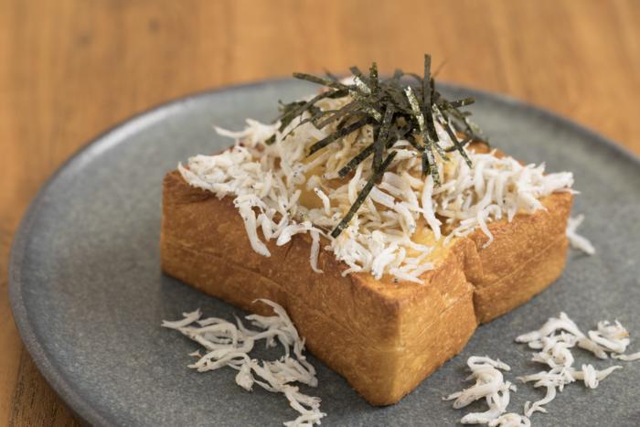 湘南・鎌倉の名物グルメといえば、たとえば「café recette(カフェ ルセット)」のしらすトースト。カフェの経営元である食パン専門店「BreadCode by recette」で大人気の分厚い「鎌倉食パン」に、たっぷりのポテトサラダとしらすが乗っています。食パンとポテトサラダの優しい甘さとしらすのしょっぱさが、絶妙に混ざり合うおいしさです。