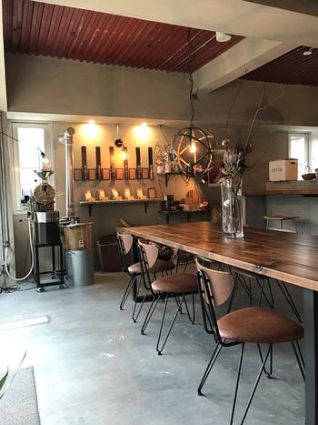 2017年にオープンしたばかりの自家焙煎珈琲店。取り扱うのはスペシャルティコーヒーのみで常時6種類ほどが揃います。本格的なコーヒーの他、珈琲と相性ぴったりなフードメニューも充実。