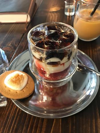 エチオピア産のコーヒー豆を使ったゼリーはフルーティーで酸味があり、下層のミルクゼリーの甘さやラズベリージャムの酸味を引きたて、格別の味わい♪焼きマシュマロクッキーは珈琲ゼリーと交互に食べても、グラスの中で崩しながら食べても◎