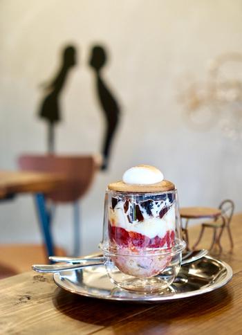 地元情報誌の表紙にもなった京都で話題の「珈琲ゼリーパフェ」。何層にも重なった美しい珈琲ゼリーはまさにフォトジェニック!見ているだけでうっとりです。