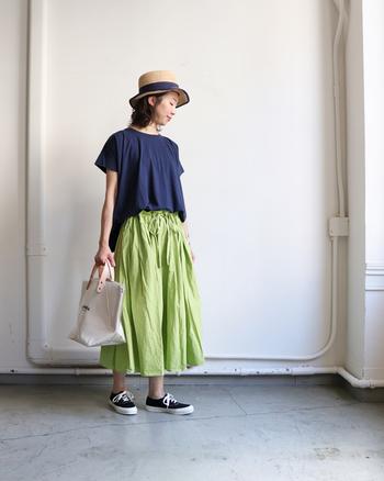 コットンリネン素材のTシャツは、汗をたくさんかく夏におすすめ。洗濯を重ねるごとに、柔らかな風合いが増して体にフィット。自分なりのTシャツに仕上がるのも楽しみの一つに。