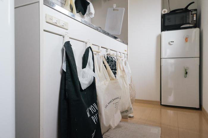シンク下の収納扉だってりっぱな収納場所に! フックを設置してゴミ箱として使用されています。横1列に並べれば分別も簡単なうえ、ゴミ箱のように場所を取らず◎ 床に物がないと掃除も楽になりますね。