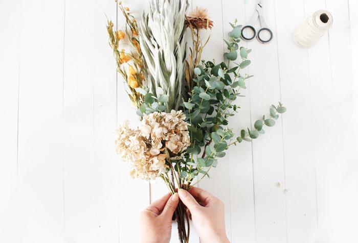 ドライフラワーにできる生花を束ね、吊るしておくだけで完成するスワッグ。簡単で見栄えもよく、おしゃれなことで人気のアイテムです。ドライにしやすいのは、花びらや葉っぱが薄いもの、もともとの水分が少ないカサカサとした質感のものがよいでしょう。花材の雰囲気に合わせて、束ねる麻紐やラフィア、コード、リボンなども秋色を選んでみて。