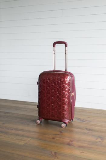 ■「サムソナイト」のスーツケース(46,440円税込) フラワーモチーフのエンボス加工が目を惹くスーツケース。ストールやアクセサリーを小分けにして収納できるポケットが付いていたり、スムーズに走行できるようダブルホイールが備わっていたりと、女性に優しい機能が充実しています。
