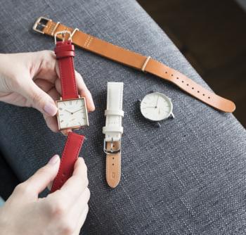 ■「ノット」の腕時計(フェイスは15,120円税込~、ベルトは4,320円税込~) フェイスとベルトの付け替えが簡単にできる点が特徴。テイストの違うベルトを2種類持って行って、旅行中のコーディネートに合わせてチェンジする楽しみも。