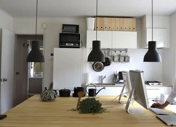 お部屋全体で見ると、ナチュラルカラーがテーブルと調和していて、シックな中にも温もりのあるやさしい雰囲気に。