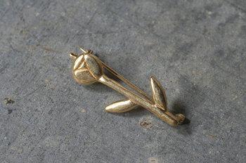 こちらは谷内さんがつくる一輪の花のブローチ。真っ直ぐに伸びる茎の凛とした佇まいが素敵なデザインです。