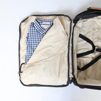 一見普通のキャリーケースには、シャツを入れるポケットや、固定ベルトなど機能が充実。ポケットにどんどん入れていくだけで、上手なパッキングができそうです。